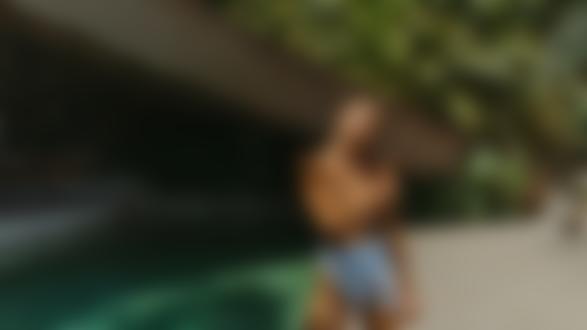 Фото Модель Jocelyn Binder стоит у бассейна