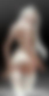 Фото Белокурая девушка с длинными волосами в белых чулках стоит в воде