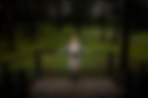 Фото Блондинка Таня Касумян в распахнутом пальто стоит у ограды. Фотограф Тимофей Ершов