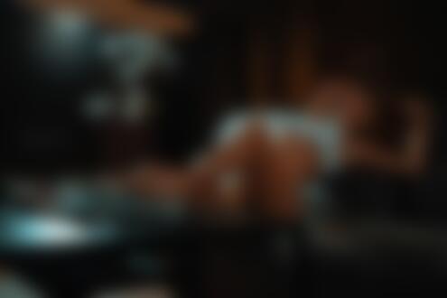 Фото Модель Любовь Петрова сидит на диване у столика, фотограф Женя Стопа