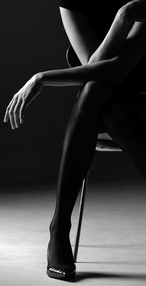 Фото Девушка держит руки на ножке