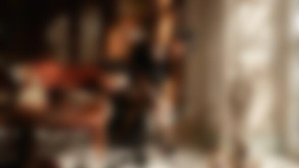 Фото Модель Виктория Вишневецкая в черной одежде присела на подлокотник дивана, фотограф Георгий Чернядьев