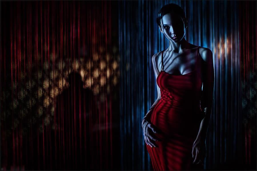 Фото Модель Маша Демина в красном сарафане стоит в полу-мрачной комнате, by Ilya Rashap