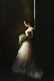 Фото Девушка со свадебным букетом цветов в длинном белом платье, by Petr Ovralov (© lRB02), добавлено: 11.09.2021 07:36