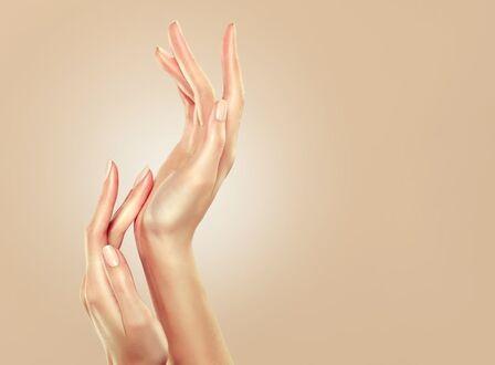 Фото Руки девушки на светлом фоне (© lRB02), добавлено: 11.09.2021 09:48
