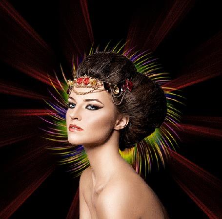 Анимация Разноцветное сияние расходится от головы девушки с украшениями, сидящей на черном фоне