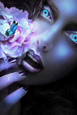 Анимация Девушка с аквамариновыми глазами, у лица цветок на котором сидит бабочка