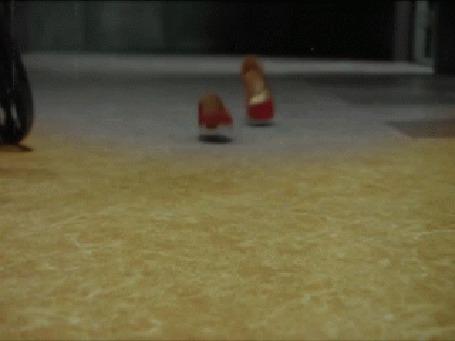 Анимация Красные туфли окрашивают все серым вслед за собой (© Юки-тян), добавлено: 01.03.2015 02:28
