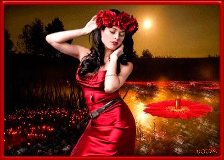 Анимация Девушка стоит у реки и держит руками венок на голове, по реке плывет венок. Деревья, камыши, небо, луна, праздник Иван Купала