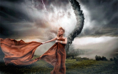 Анимация Светловолосая девушка обмотанная тканью стоит на зеленой поляне, на фоне бушующего смерча и молний