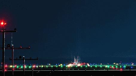 Анимация Самолет поднимается в небо со взлетно-посадочной полосы, на заднем фоне виднеется вечерний город, который переливается разноцветными красками (© Anatol), добавлено: 30.03.2015 16:01