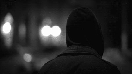 Анимация Человек, идущий ночью по улице, скидывает капюшон, а под ничего нет, кроме легкого облачка пара