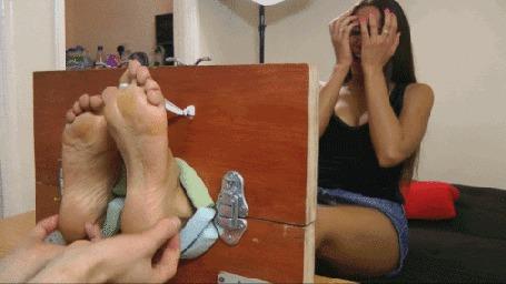 Анимация Девушка, у которой ноги зажаты в самодельном станке для пыток щекоткой, укатывается от смеха (© Anatol), добавлено: 30.03.2015 16:47