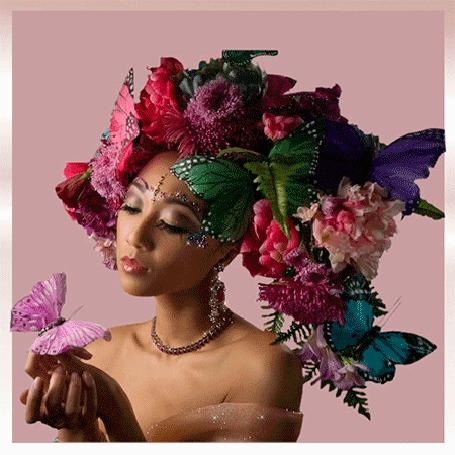 Анимация Девушка в венке из цветов на которых сидят бабочки
