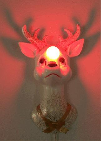 Анимация Светильник в виде олененка, у которого во лбу зажигается и тухнет красная лампочка