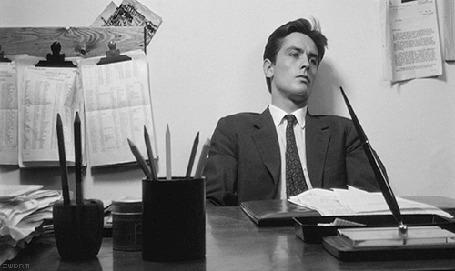 Анимация Ален Делон / Alain Delon сидит за письменным столом, кадр из фильма Затмение / Eclipse, 1962