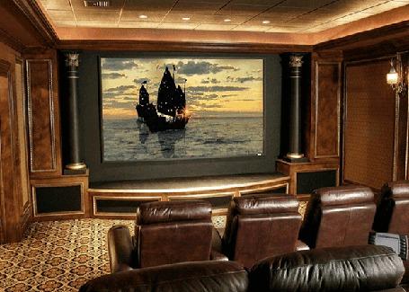 Анимация Кинозал на экране которого кадры кинофильма, корабли плывут по морю на закате