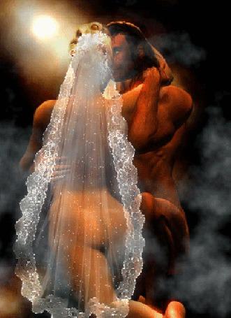 Анимация Обнаженные мужчина и женщина в фате невесты, стоят на коленях обнявшись друг с другом в окружении дыма