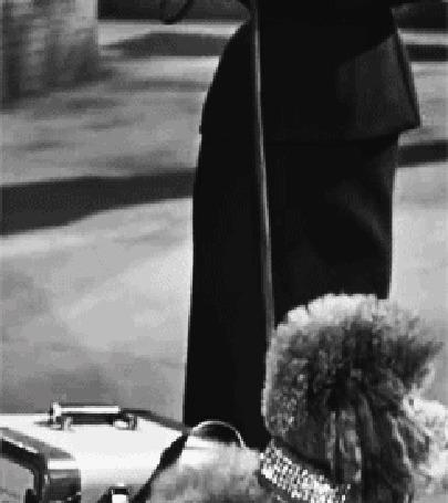 Анимация Одри Хепберн стоит на улице с собачкой на поводке, фильм Сабрина (© zmeiy), добавлено: 03.03.2015 08:53