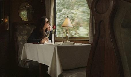 Анимация Девушка сидит за столиком в поезде (© zmeiy), добавлено: 03.03.2015 15:28