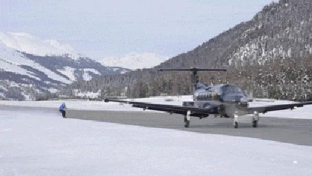 Анимация Отчаянный сноубордист привязался тросом к самолету и мчится за ним по взлетной полосе