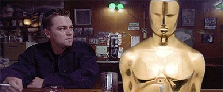Анимация Леонардо ДиКаприо / Leonardo DiCaprio нервно курит рядом с оскаром, после чего начинает его бить