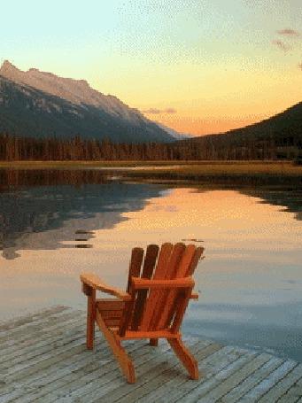 Анимация Деревянное кресло стоит у воды