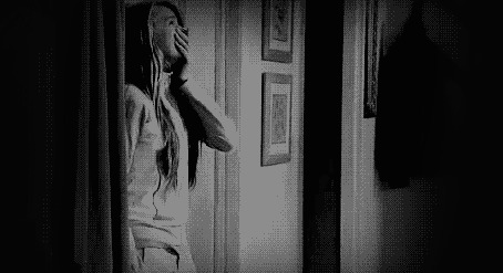 Анимация Плачущая девушка опускается на пол (© zmeiy), добавлено: 05.03.2015 12:54