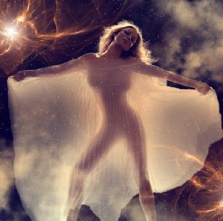 Анимация Обнаженная девушка, прикрывшаяся прозрачной тканью, с развевающимися волосами и стоящая среди клубов дыма