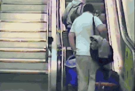 Анимация Мужчина с большими чемоданами падает на эскалаторе и решает лежа доехать до конца (© Anatol), добавлено: 07.03.2015 02:05
