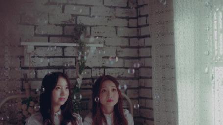 Анимация Мыльные пузыри пролетают около двух девушек (© Юки-тян), добавлено: 08.03.2015 00:17