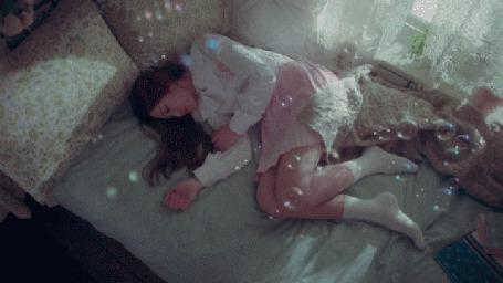 Анимация Мыльные пузыри пролетают над девушкой (© Юки-тян), добавлено: 08.03.2015 00:26
