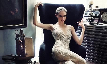 красивые девушки в платьях в кресле фото