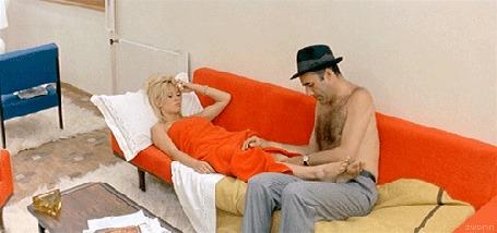 Парень гладит ноги девушке