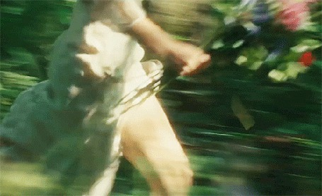 Анимация Девушка бежит с букетом цветов