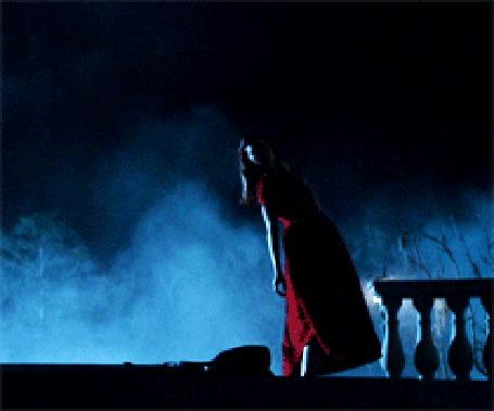 Анимация Девушка в красном платье опускается на землю
