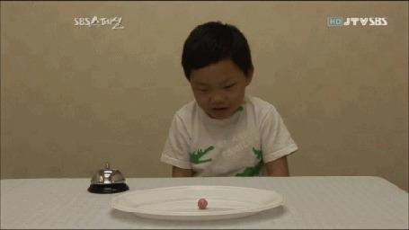 Анимация Рука мальчика тянется к вкусной конфете, но титаническим усилием воли он сдерживает себя и убирает непослушную руку другой рукой
