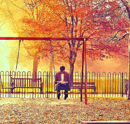 Анимация Мужчина качается на качели в осеннем парке (© Tiana), добавлено: 16.03.2015 16:43