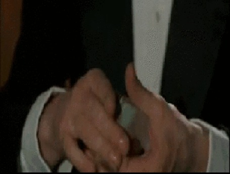 Анимация Катала левой рукой ломает колоду карт на три части. Фрагмент из фильма Блеф