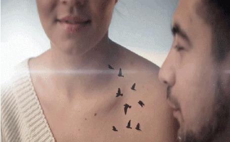 Анимация Парень перед улыбающейся девушкой, пускает со рта летящих птиц