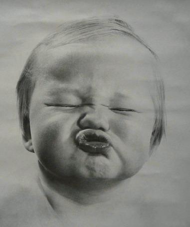 Анимация Ребенок закрыл глаза и сделал гримасу, протягивая губки для поцелуя