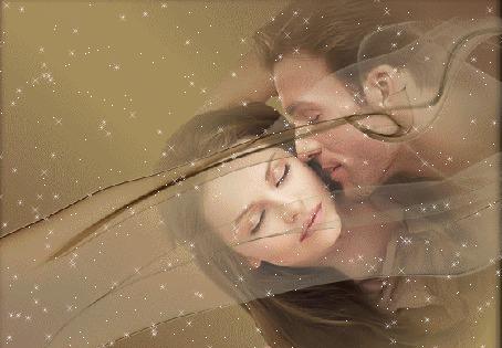 Анимация Парень целует девушку, закрывшую глаза от нахлынувшего на нее счастья