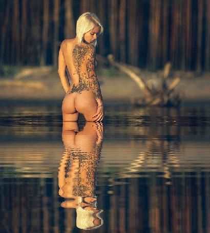 Анимация Обнаженная девушка с тату на спине, стоящая в воде. Исходное фото Martin Plum