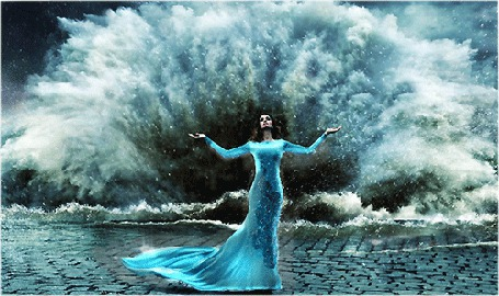 Анимация Девушка стоит расправив руки на фоне штормовой волны