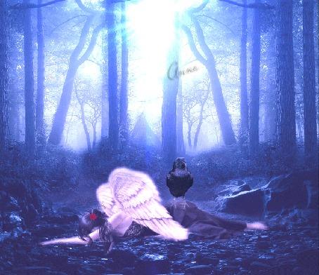 Анимация Девушка с крыльями лежит на земле в лесу, на ней сидит вОрон
