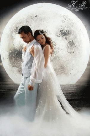 Анимация Девушка обнимает мужчину на фоне большой луны (Н. В)