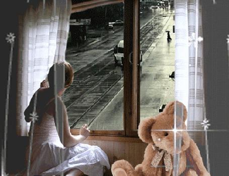 Анимация Девушка сидит на подоконнике с большим плюшевым медведем и смотрит на улицу, где идет дождь, ходят люди с зонтиками и ездят авто (© Akela), добавлено: 03.04.2015 00:13