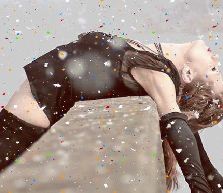 Анимация Девушка лежит спиной на парапете и на нее сыпятся разноцветные блестки (© Akela), добавлено: 04.04.2015 17:39