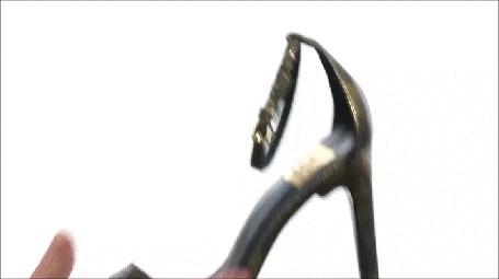 Анимация Миловидная девушка с прической Шишка поясняет, какой частью босоножек / фирма Dolce-Vita-Seonа / побольнее нанести удар мужчине (© Георгий Тамбовцев), добавлено: 05.04.2015 08:31
