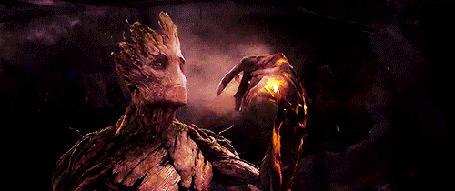 Анимация Грут / Groot поднимает руку, вокруг которой разлетаются огни, момент из фильма Стражи Галактики / Guardians of the Galaxy